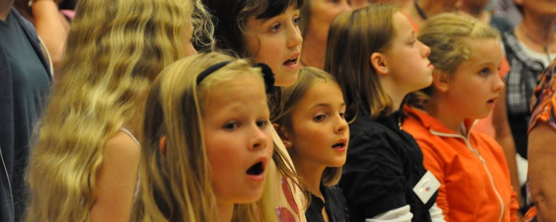 Familien synger i Stege